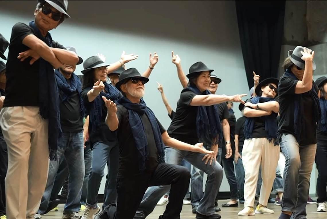 ステージで歌ったり、踊ったりするメンバーたち