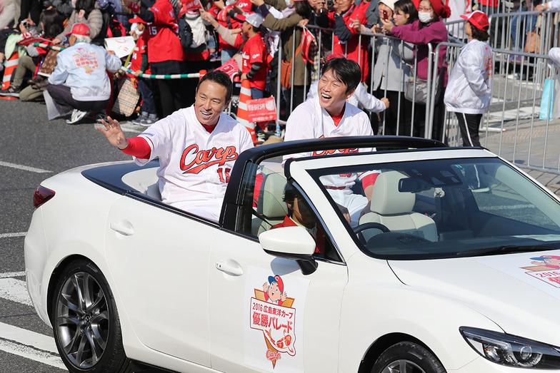 声援に応える黒田博樹投手(左)と新井貴浩選手(右)