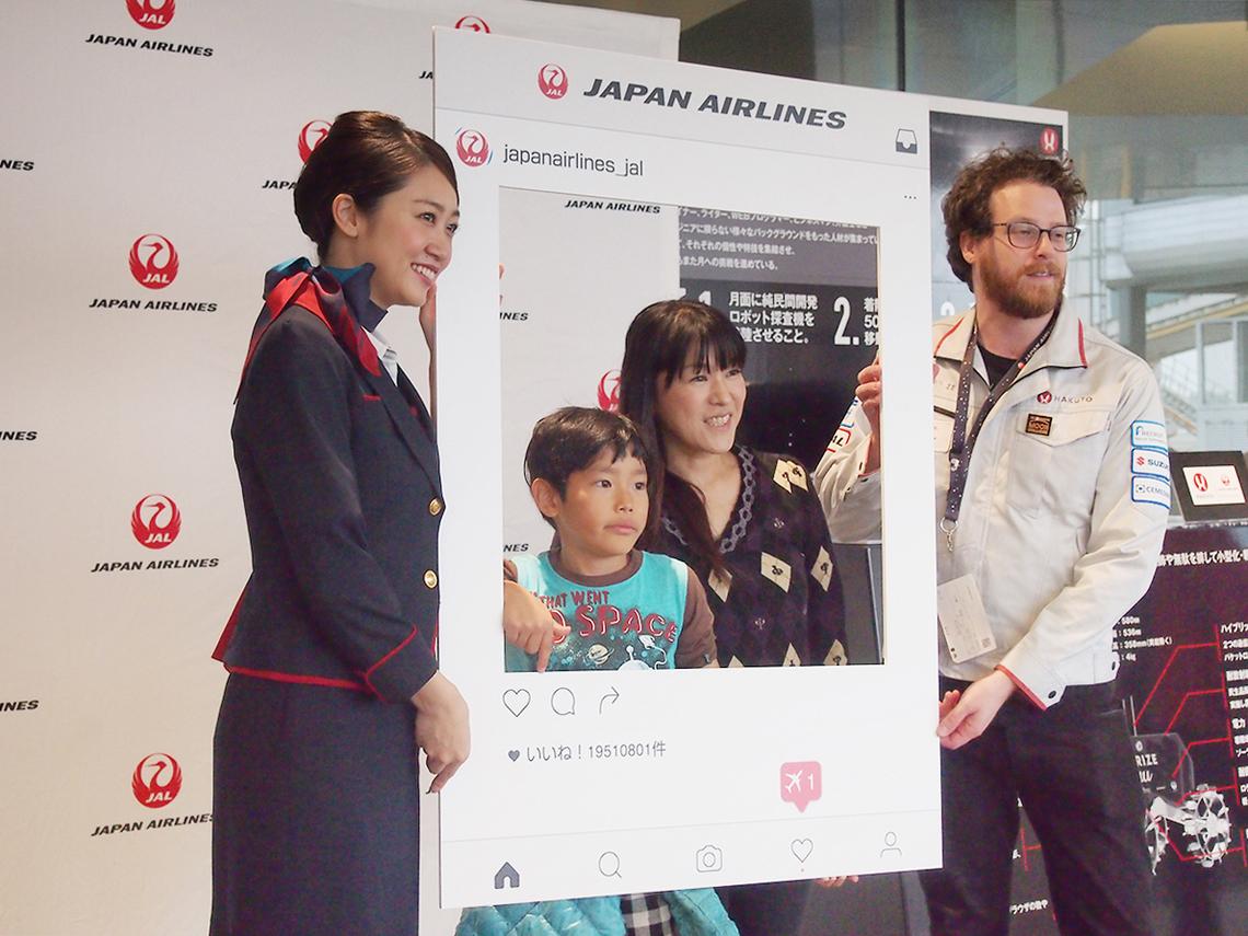 JAL presents HAKUTOスーパームーン観賞フライト参加者が記念撮影