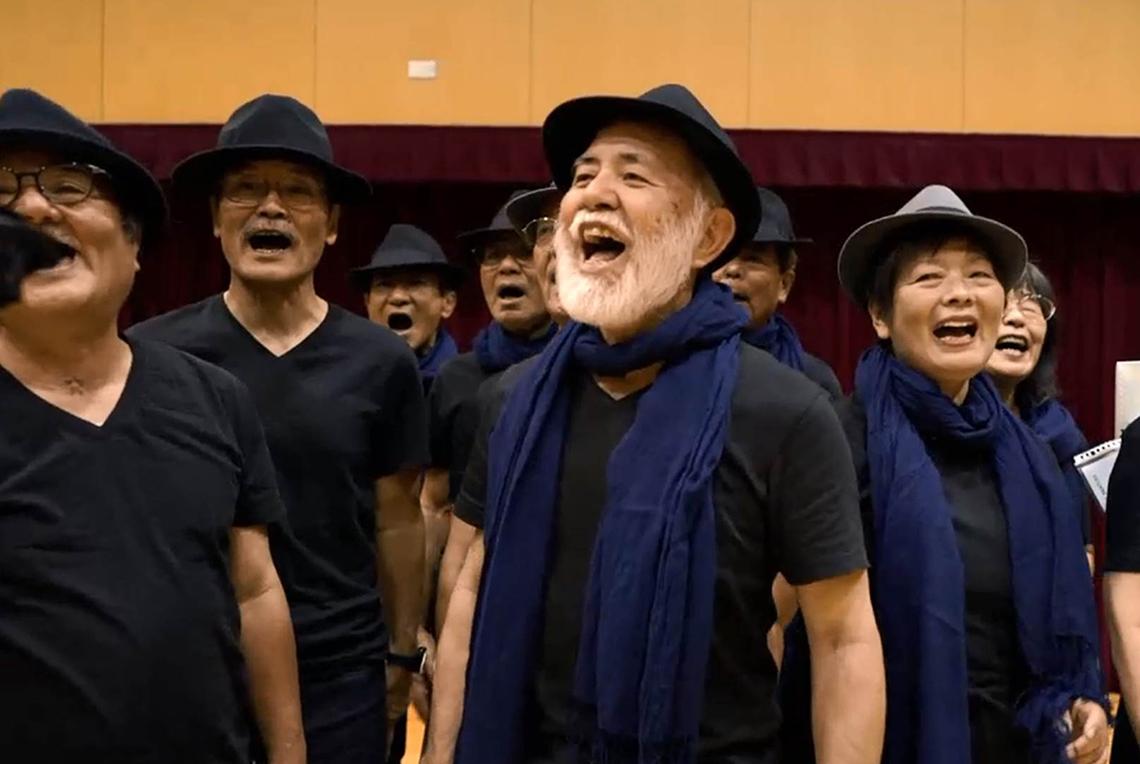 生き生きとした表情で歌うメンバー