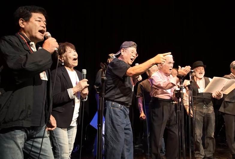 ライブハウスで気持ちよく歌うメンバー