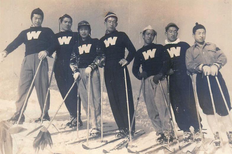 早稲田大学スキー部時代。中央が加藤菊造