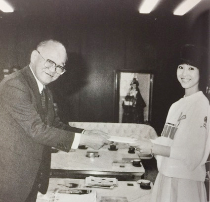 世界コミュニケーション年の切手デザインコンクールで田丸秀治社長と松田聖子さん