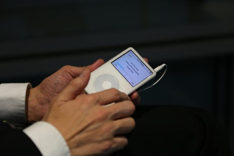 妻に10年以上前にプレゼントしてもらったiPod(第5世代の60GB)。今も「通勤の友」として活躍中。最近はプリンスをしのんで愛聴しています