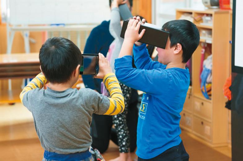 東京・小平市のゆたか保育園で「いどう型動物園」を体験する子どもたち。北海道旭川市の旭山動物園の園長、坂東元氏は自身が体験して「旭山動物園に実際にいるかのような錯覚に陥った。当園ならではの動物との距離感を感じ、生き生きした姿や表情に感動してもらえればうれしい」と語る。