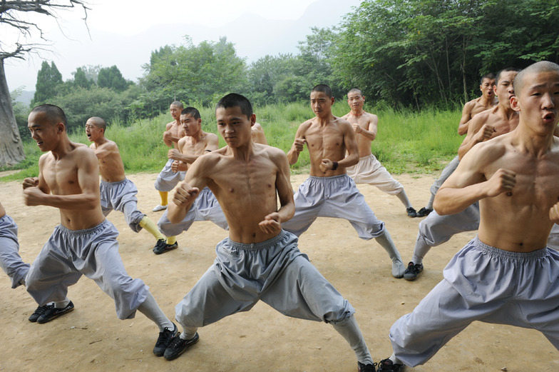 拳を突く僧侶たち