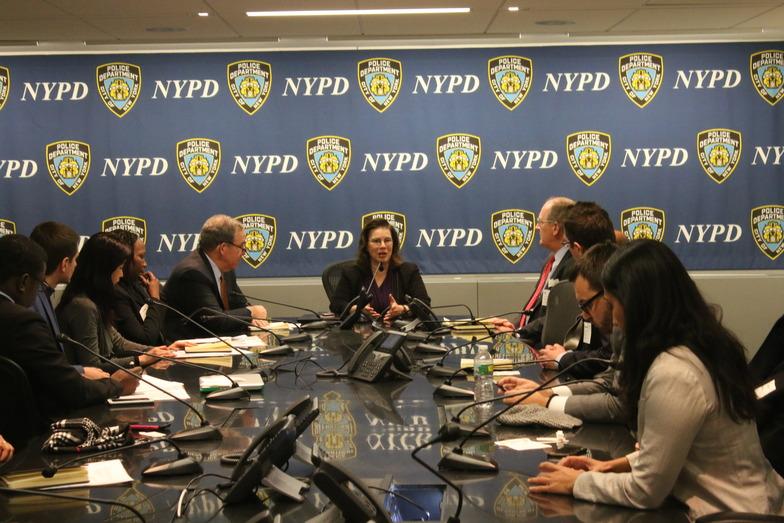 NYPD会議室でのミーティング