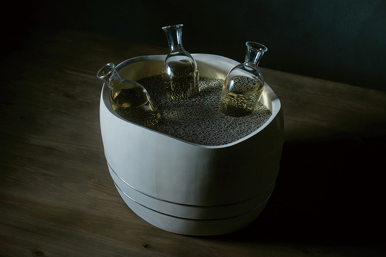 銀砂ノ酒器/IHからの非接触給電で金属粒を冷やし冷酒を楽しむ木桶