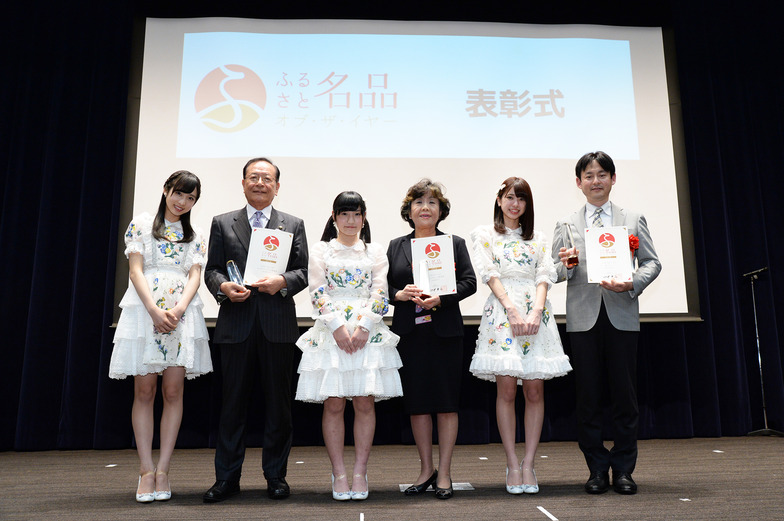 「AKB48 Team 8」から野田陽菜乃さん(三重県代表メンバー)、大西桃香さん(奈良県代表メンバー)、小栗有以さん(東京都代表メンバー)