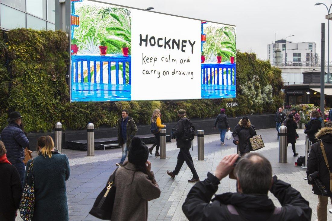 デービッド・ホックニー展の開催を告知するデジタルOOH