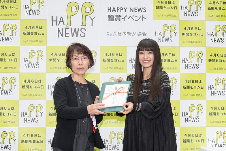 大賞を受賞した広島市の財満純子さん(左)と、ゲスト審査員を務めたシンガー・ソングライターのmiwaさん(右)。