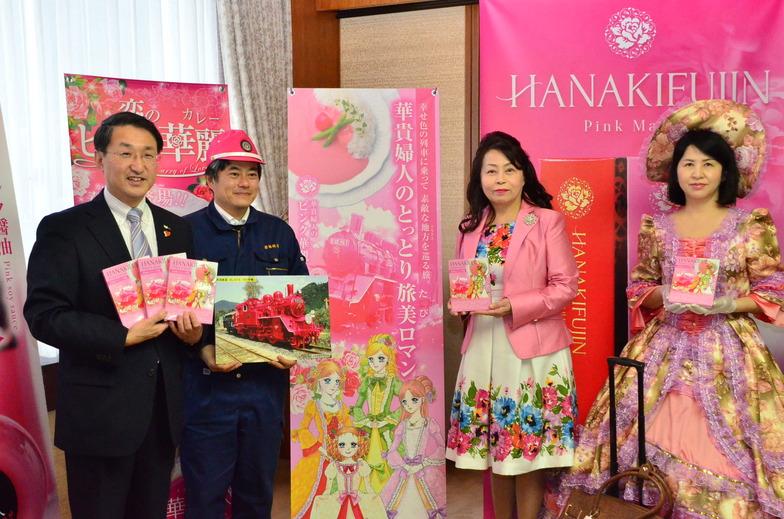 平井知事(左)まで登場