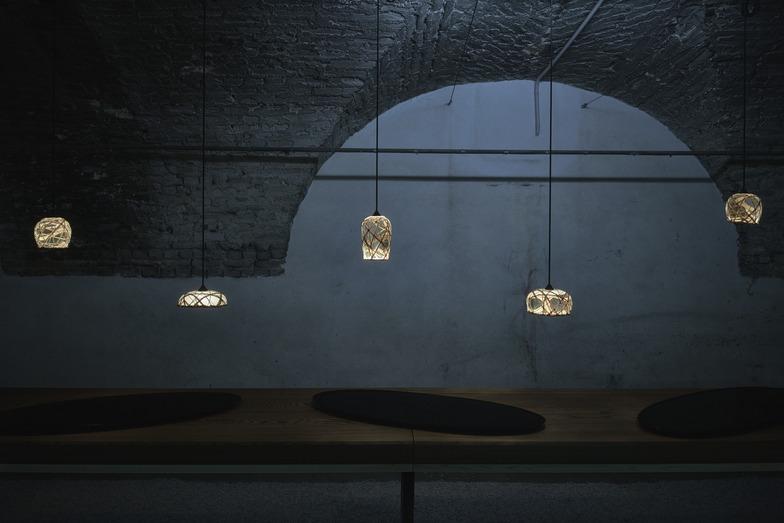 竹工芸の公長齋小菅とコラボレーションした照明「月灯」