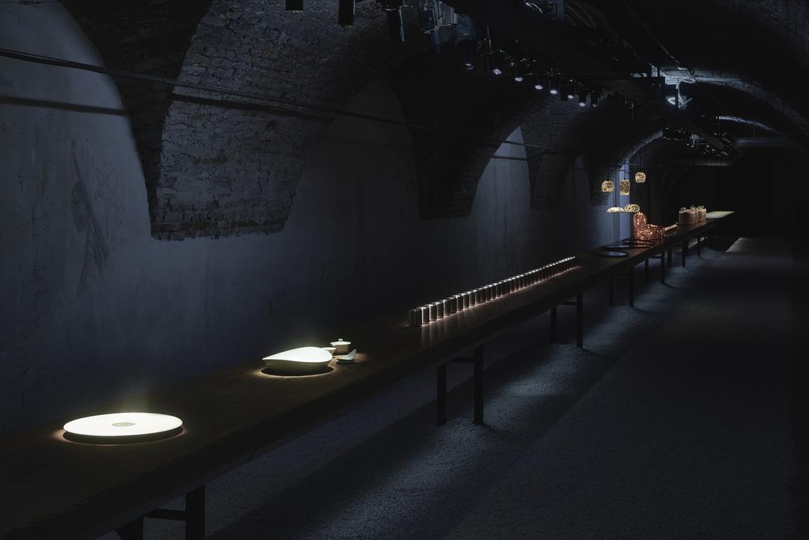 イタリア国立ブレラ美術アカデミーの地下回廊で発表された50メートルのカウンター