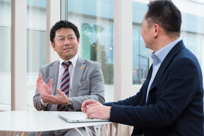 (左)日本空港ビルデングの志水潤一氏、(右)電通の中嶋文彦氏