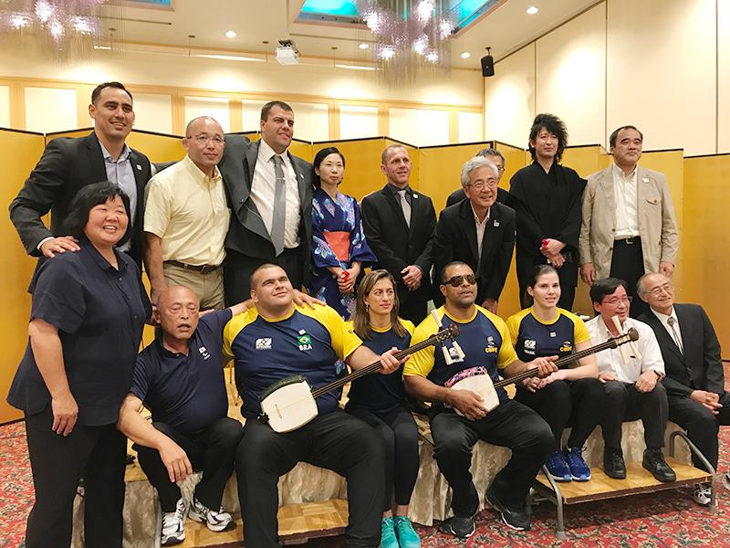 シンポジウム後の懇親会で講師らと葛西憲之弘前市長(上段右から3人目)を囲んで