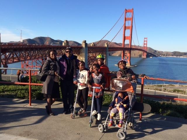 サンフランシスコでのフランシーヌ、夫クリスチャンと5人の元気な子どもたち