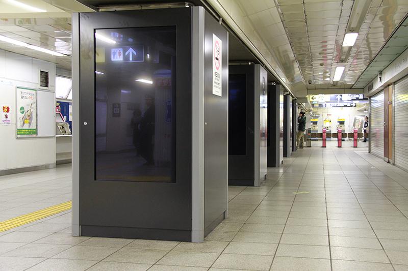 終電後のサプライズ直前。同僚の駅員たちが隠れる