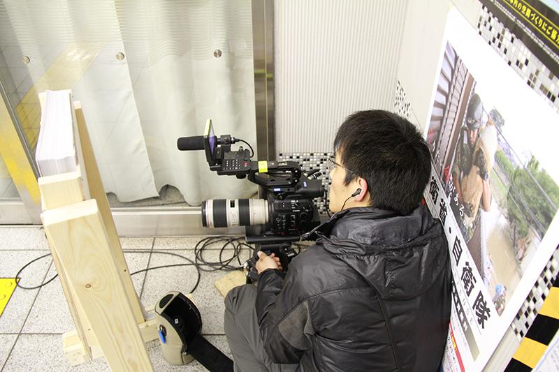 撮影スタッフたちも緊張の一瞬