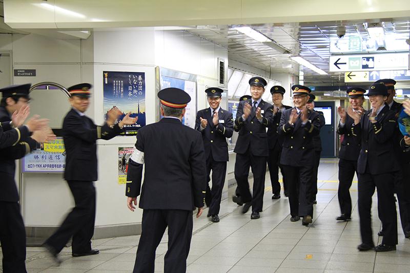 仕掛け人の同僚たちが姿を現すと、終電後の駅に拍手が響いた