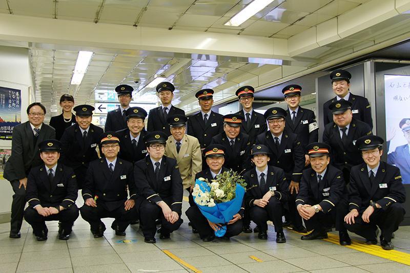 駅長と同僚たちの思い出話に花が咲き、サプライズは大成功