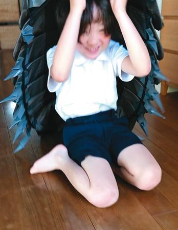 試作品のよろいを身に着けダンゴムシのようになった舩木氏次男