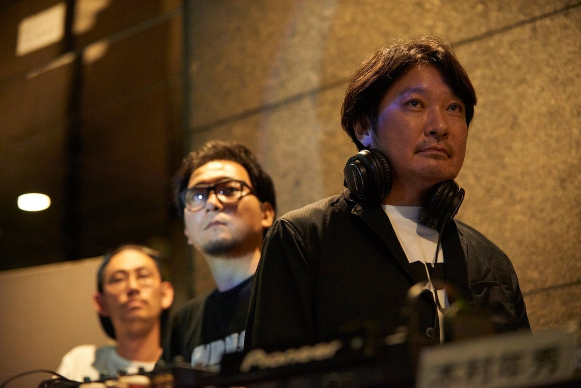 リクルートギャラリーG8で行われたADC賞のDJ&トークイベント。(左から)VJを務める宮川政寛さん、曽根良介さん、DJを務める木村年秀さん