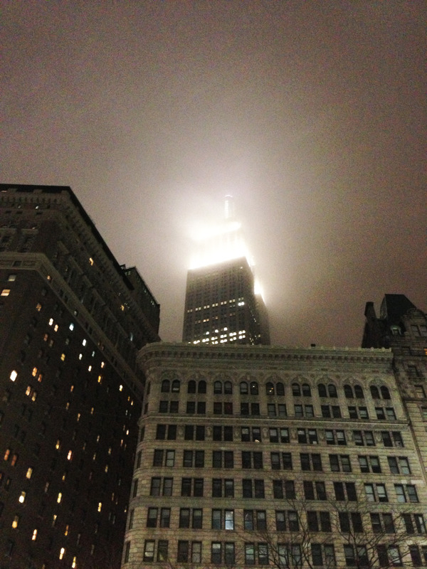 コリアンタウンで遅めの夜ご飯を食べて、じっと空を見上げる。 エンパイアステートビルが目にしみますね。