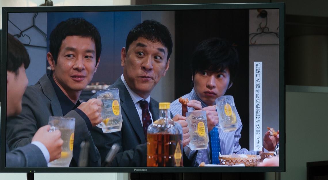 9月2日から放送される角ハイボールの新テレビCM「新顔」編の上映後、2014年からスタートしたシリーズCM でバーの店主を演じる女優の井川遥さんが登場した。