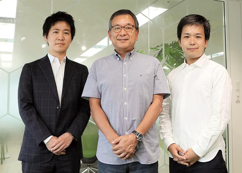 写真左から、渡邉 典文氏(電通)、村井 満氏(Jリーグチェアマン)、坂本 雄祐氏(電通)