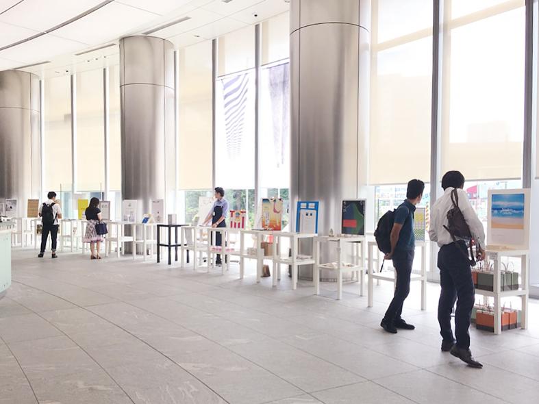 エントランスに展示された15人の卒業制作「ワンコインショップ」