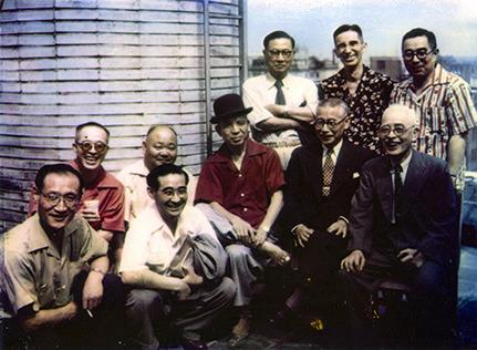 創立50周年記念日に銀座本社ビルの屋上で吉田社長を囲んで。