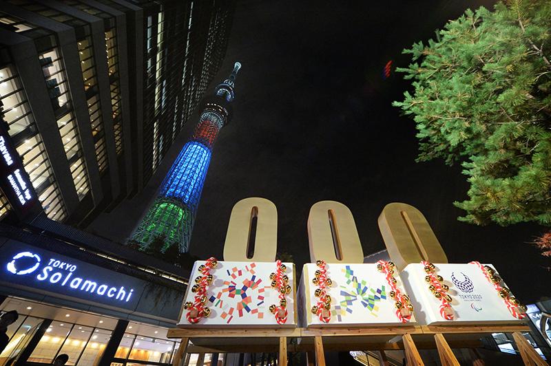 赤、青、緑の光を放つ東京スカイツリー