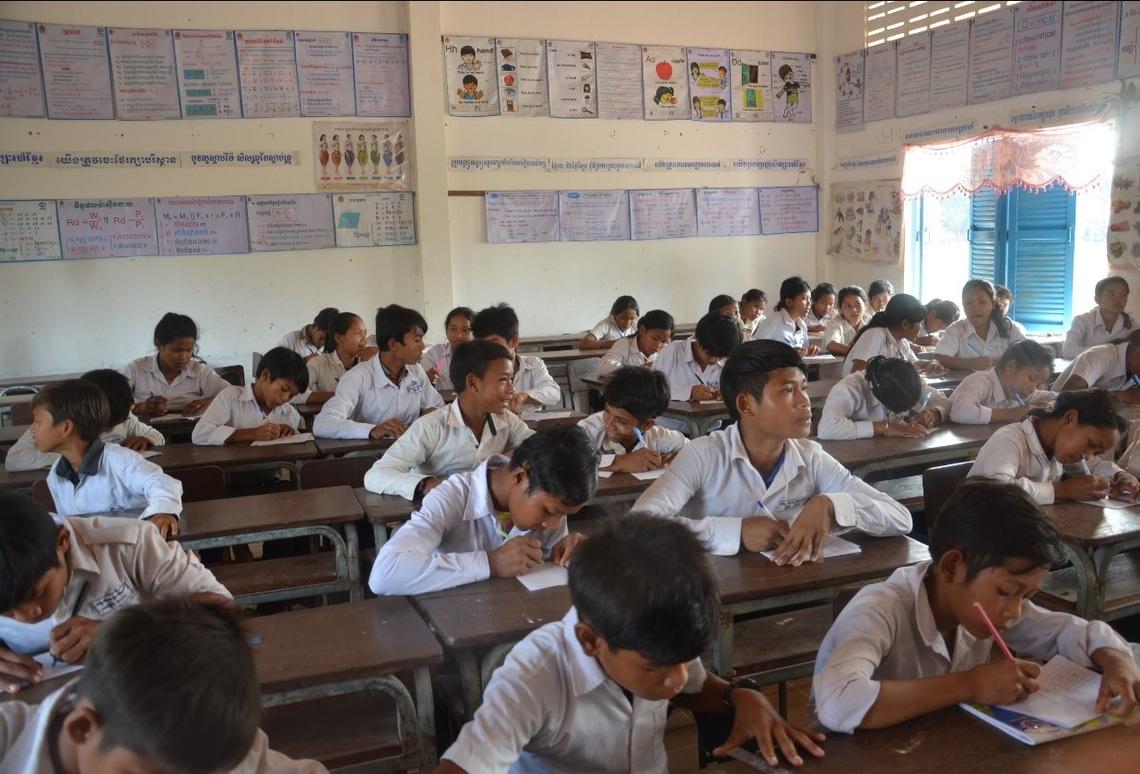 中学校で学ぶ寺子屋卒業生たち(カンボジア)