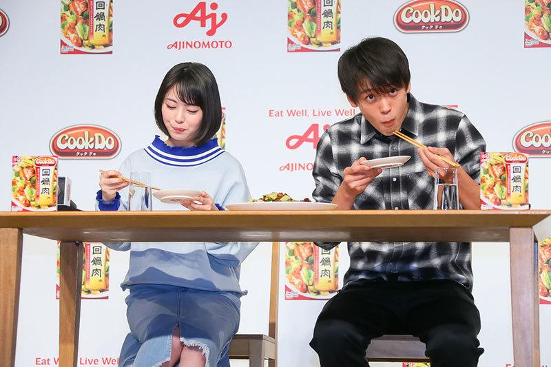 竹内涼真さんと浜辺美波さん(左)