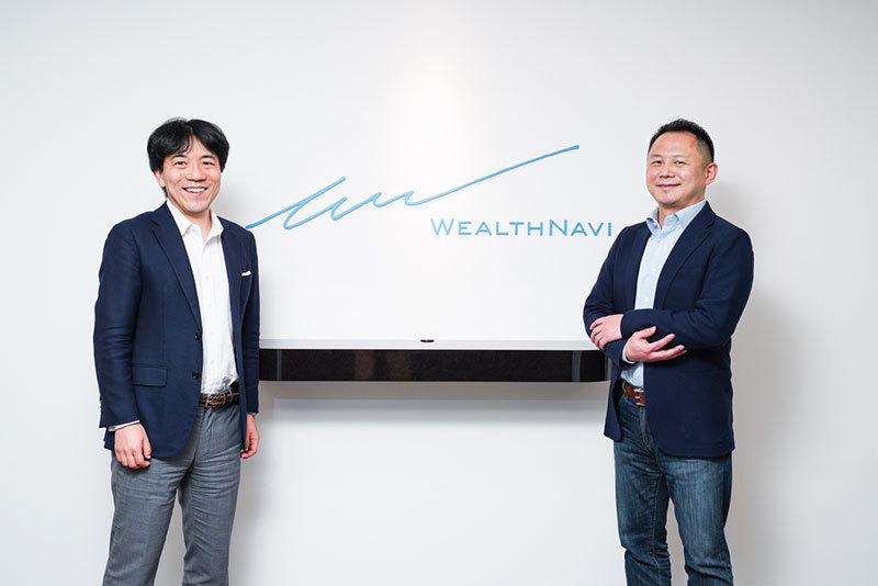 ウェルスナビCEOの柴山和久氏(左)と、電通の中嶋文彦氏