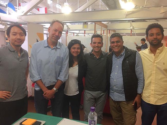 授業では、文化×職業背景が全く異なる多様性の高い4~5人の小規模チームで動きます。左から2人目はプロジェクトについてアドバイスしてくれたアウトドアブランド「パタゴニア」の元COO、ペリー・クレバン氏。