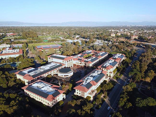 スタンフォードビジネススクールのキャンパス。「Knight Management Center」という名がついており、卒業生としてキャンパスリニューアルに多額の寄付をされたナイキ創業者のPフィル・ナイト氏にちなんでいます。 屋上には太陽光パネルが設置されています。