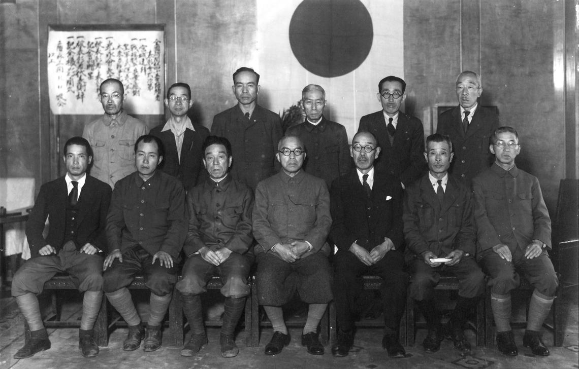 昭和20年6月に開催された電通創立45周年記念式典に出席した吉田秀雄 (後列左から3人目)