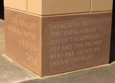 スタンフォードビジネススクールにて刻まれている、ナイキ創業者のフィル・ナイト氏の言葉。「まだ生まれていない新しい価値と、その創造を志すものたちにささぐ」。彼の寄付によってつくられた新校舎が、イノベーションを生み出す将来の若者たちのためのものであることが示されています。