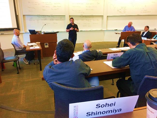 授業の様子。ロバート・バーグルマン教授と、スタンフォード学生から絶大な人気を誇るロブ・シーゲル講師のタッグによって進行します。中央の黒服の方は、デジタル決済の草分けであるペイパル社のCOO、ビル・レディ氏。豪華なゲストスピーカー陣から学べるのが魅力です。