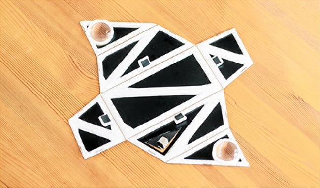 開いた状態から一瞬で磁石によって組み上がる特殊設計のゴーグル(1)