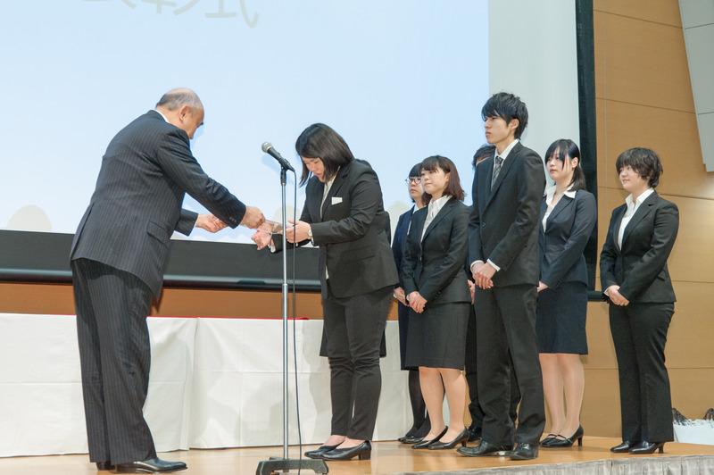 狩野専務理事から賞を受ける日本大 「誰かの一食」制作メンバー