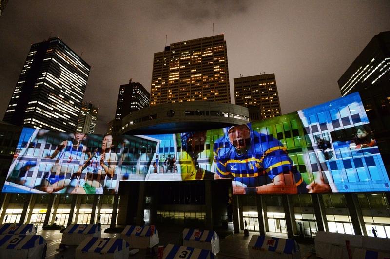 都議会棟の壁面では「宣言」をイメージしたプロジェクションマッピングを投影