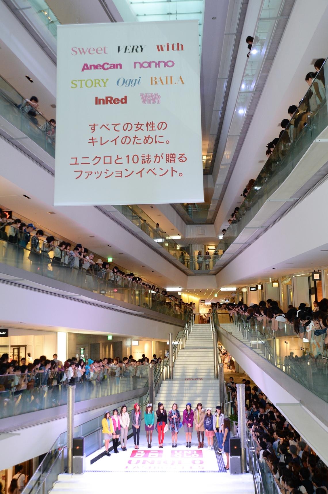 表参道ヒルズの大階段で行われたファッションショー。多数の観客でにぎわった。