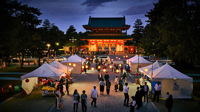岡崎公園に設けられた「お祭り屋台・日本酒バー」