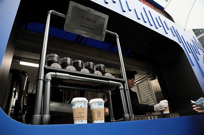 店頭に設置されたコーヒーマシン。当日の日経平均の変動に合わせ、ひきの異なる5種類をブレンドする。