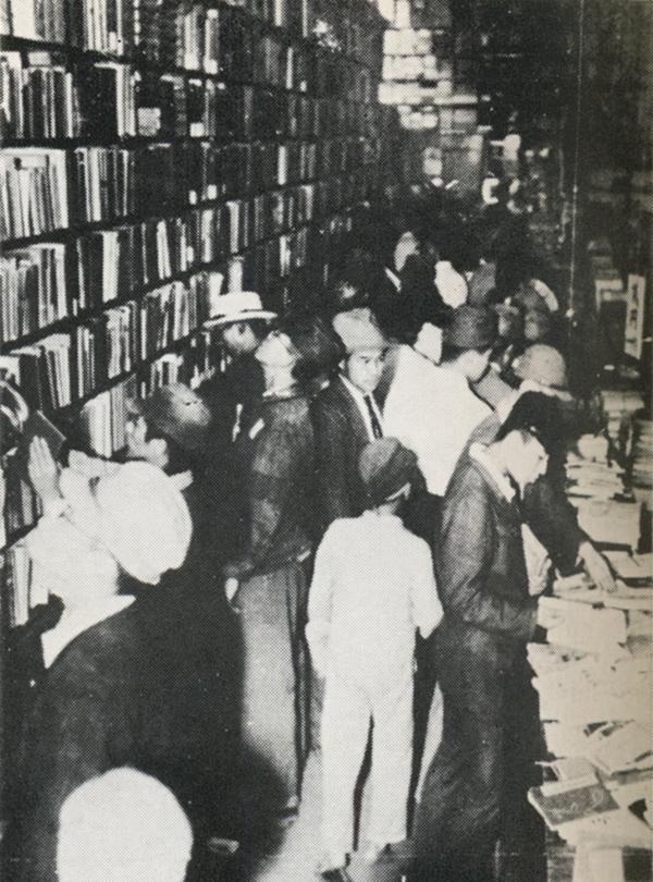 にぎわう書店(神田の書店街)