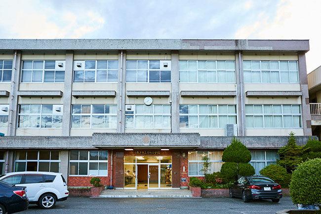 会場の旧大町小学校。2018年3月に休校した