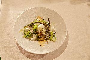 ②山菜とアボカドのサラダ キトキト白えびスモークのパウダー(齊藤シェフ)